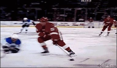 Jugador de hockey choca con cámara
