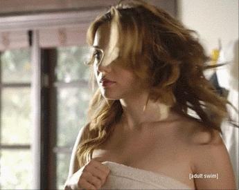Chica quitándose la toalla