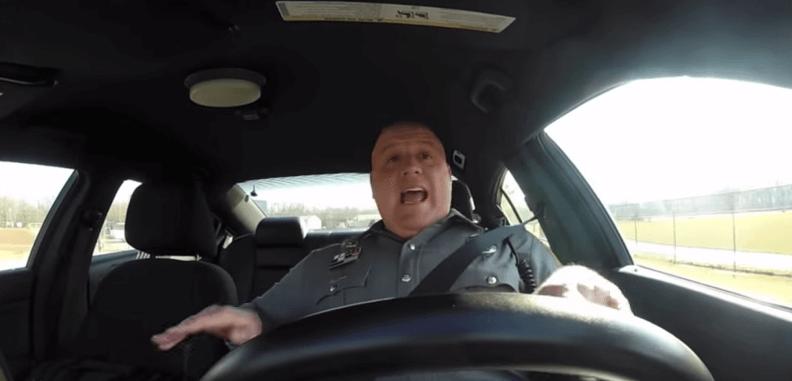 Policía pillado cantando