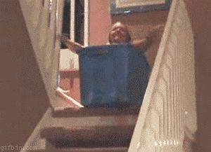 Una caja y unas escaleras