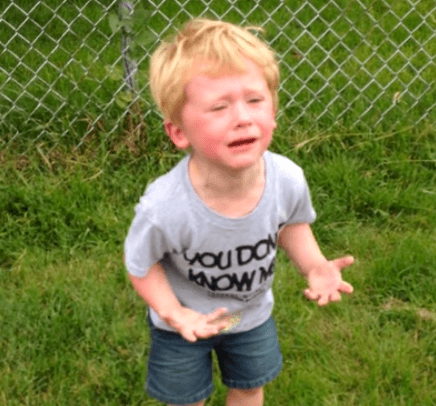 Niño pisa caca