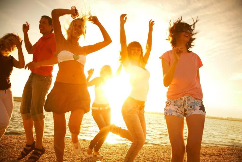 Jovenes de festival en la playa