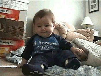 Bebé que se cae de la risa
