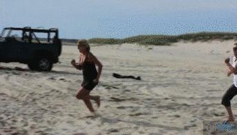 Caída corriendo hacia la playa